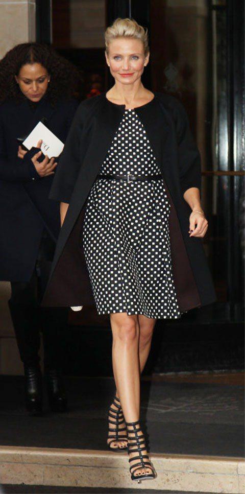 穿著Dior 2012春夏洋裝出席Dior秀場,黑白格紋典雅端莊,配上羅馬高跟鞋...