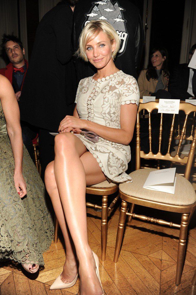 穿著Valentino 2012春夏洋裝出席Valentino秀,鏤空雕花的款式...