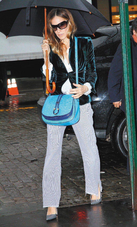 莎拉潔西卡派克背Ferragamo藍色側背包現身紐約。圖/達志影像