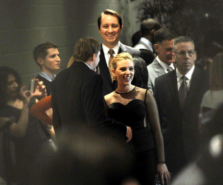 史嘉莉喬韓森穿著Stella McCartney設計的服裝主持時尚界為了幫助歐巴...
