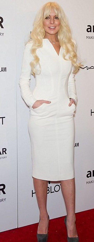 琳賽羅涵一頭淡金色長髮搭配湯姆福特設計的過膝貼身白洋裝被時尚界人士批評看起來「老...