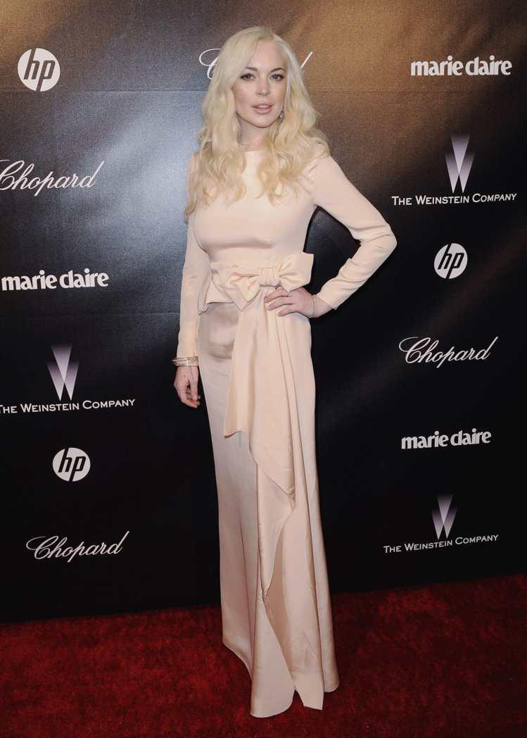 琳賽羅涵近來穿著刻意保守。圖為出席金球獎後派對身穿PRADA粉紅晚禮服。圖/路透