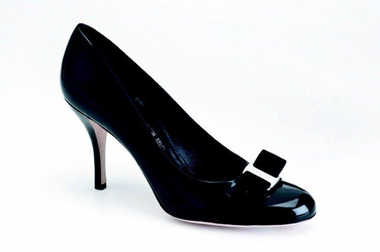 「鐵娘子」劇中出現的Ferragamo經典Carla蝴蝶結高跟鞋,18,900元...