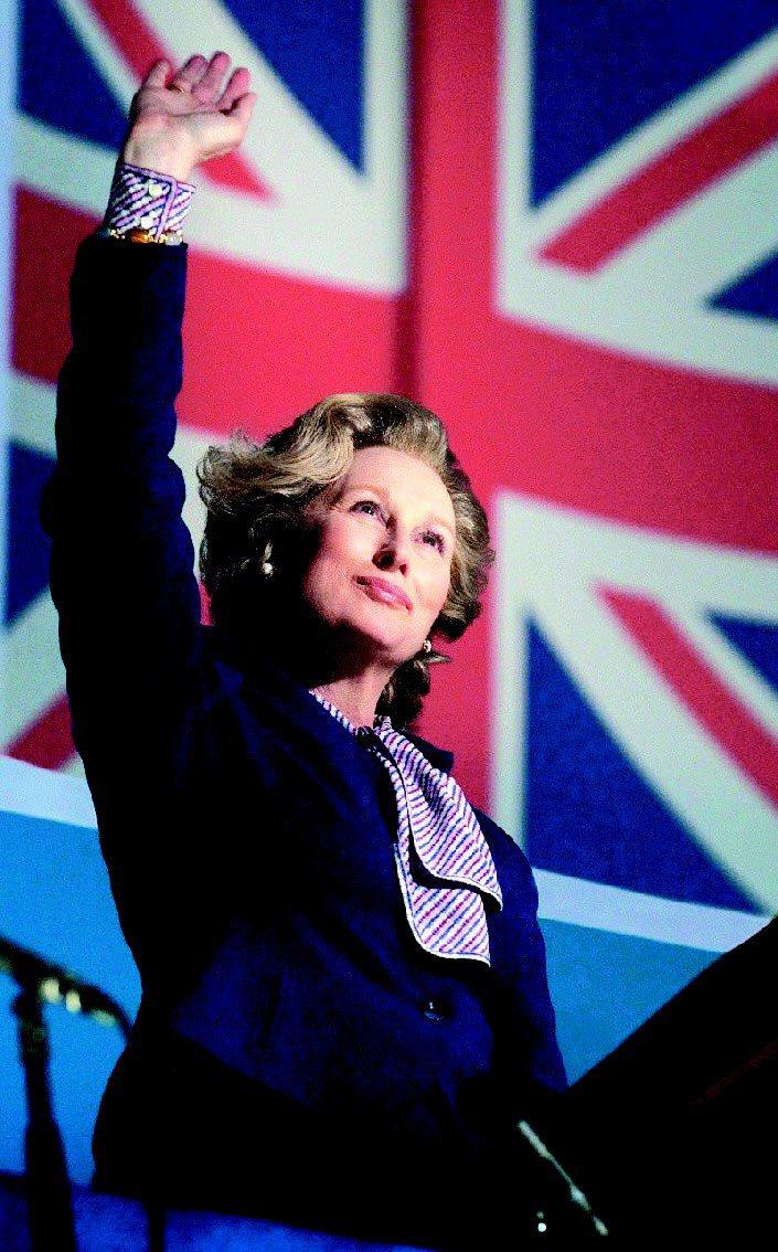 梅莉史翠普在「鐵娘子」中穿藍色套裝和蝴蝶領巾襯衫,重現柴契爾夫人風華。圖/威望國...
