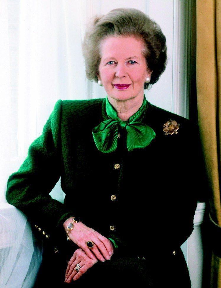 柴契爾夫人愛穿套裝、搭配絲質蝴蝶領巾,兼具女人味和權威感。圖/達志影像