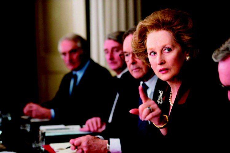 柴契爾夫人喜愛佩戴珠寶和珍珠項鍊,梅莉史翠普在劇中詮釋得唯妙唯肖。圖/威望國際提...