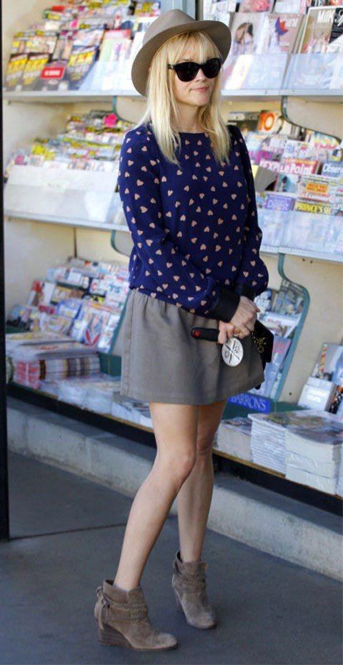 深藍色圓點上衣融合典雅與甜美,與灰色短裙搭出「冷靜」質感。圖/達志影像