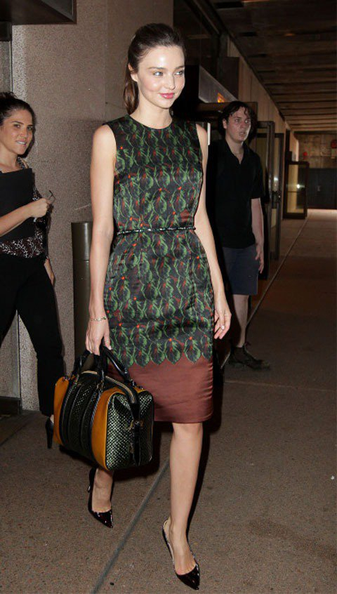 換上緞面無袖洋裝,米蘭達變身優雅淑女。圖/達志影像