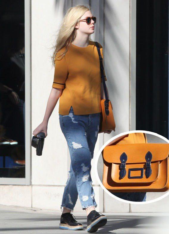 橘色上衣搭刷破牛仔褲,背著夯到不行的「Cambridge Satchel Com...