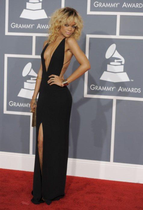 蕾哈娜穿著不算花稍的Giorgio Armani黑禮服,性感秀出事業線又開高衩。...