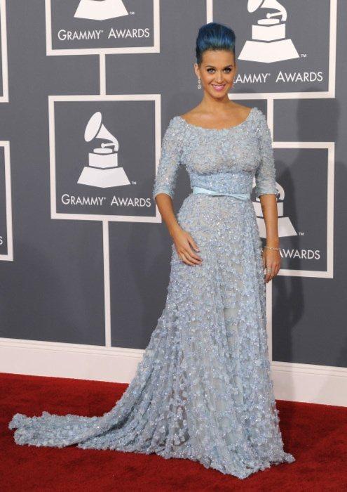 凱蒂佩芮Elie Saab藍色禮服加挑染的藍色頭髮搭配得恰到好處。圖/美聯社