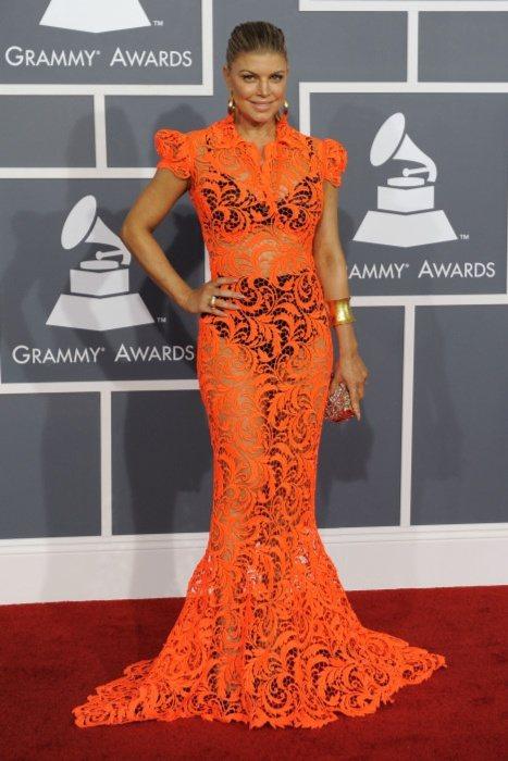 菲姬穿的高堤耶橘色蕾絲露出黑色內衣,毀譽參半。圖/美聯社