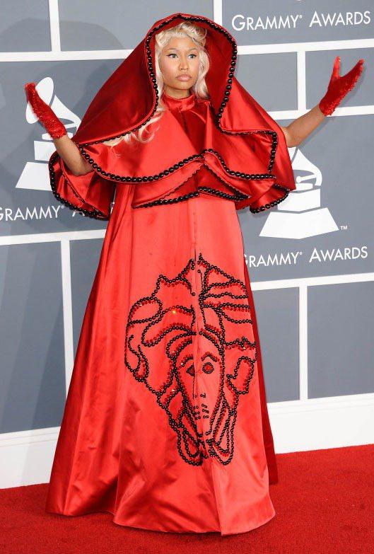 罩著VERSACE大紅斗篷的饒舌女歌手妮琪米娜,被諷刺讓人聯想到小紅帽。圖/達志...