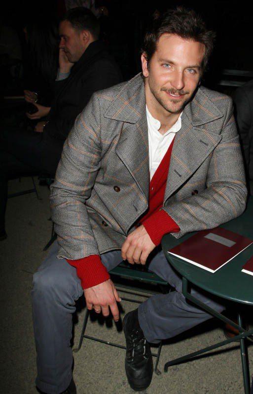 性感男星布萊德利古柏輕鬆出席Tommy Hilfiger時裝秀。圖/美麗佳人提供