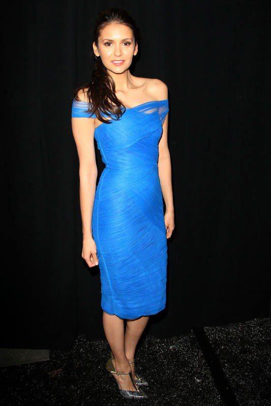 Nina Dobrev以一席緊身寶藍色小洋裝,證明青春無敵以外,氣質也不輸人。圖...