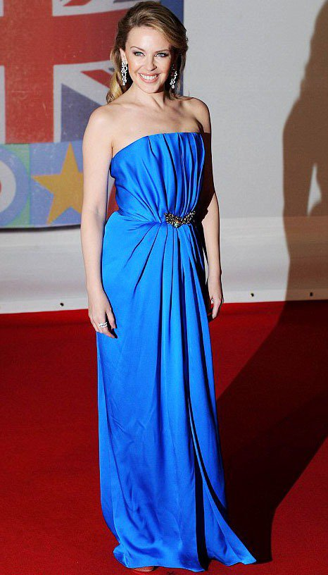 凱莉米洛用一身亮藍色禮服出席全英音樂獎。圖/達志影像