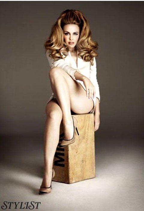 45歲凱莉米洛為《STYLIST》雜誌英國版拍攝的時尚照大秀美腿,配合誘人表情展...