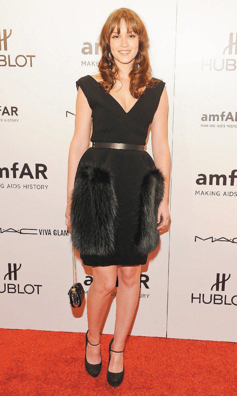 萊頓明斯特穿LV早秋黑色小洋裝,展現動人氣質。圖/LV提供