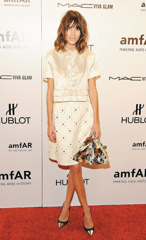 Alexa Chung穿LV春夏白色絲質上衣、搭配花朵裙展現氣質。圖/LV提供