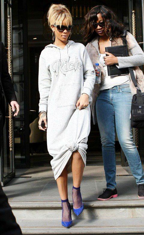 蕾哈娜一身長帽T配短網襪加高跟鞋造型,非常「特別」。圖/達志影像
