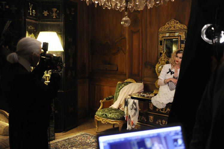 Chanel廣告影片《My new friend》由英國龐克名模愛麗絲德拉爾擔綱...