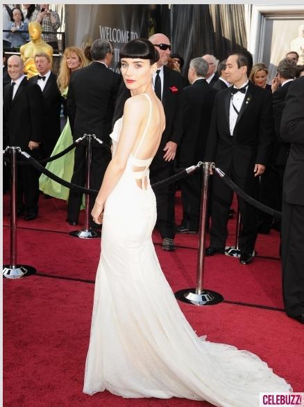 魯妮瑪拉選擇了GIVENCHY,以一件雪白禮服襯托出她的高雅氣質。圖/擷取自ce...