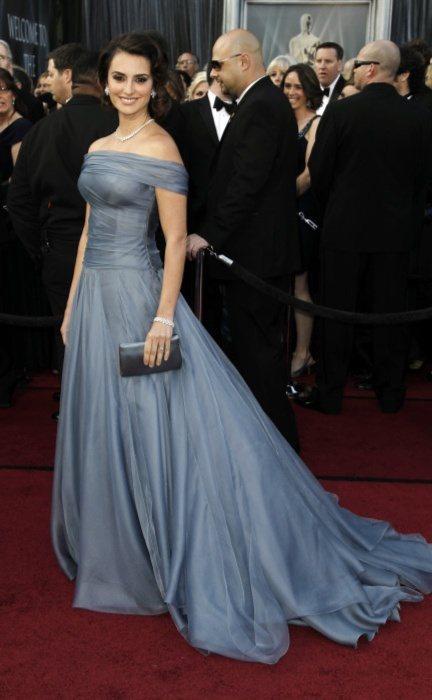 潘妮洛普克魯茲穿訂製的Armani蓬裙禮服,搭配復古短髮非常典雅迷人。圖/美聯社