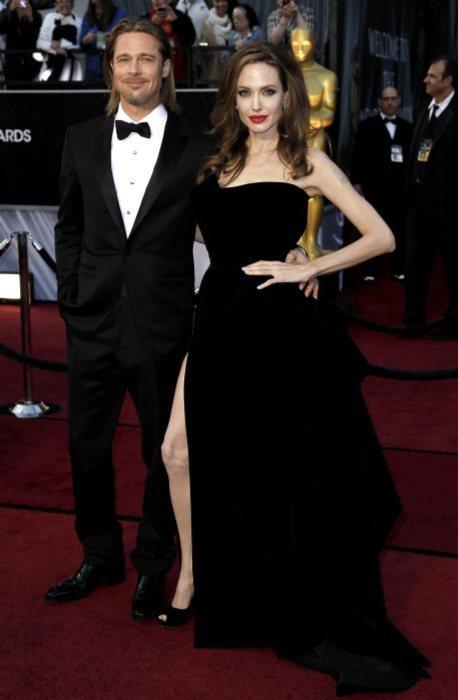 安潔莉娜裘莉今天穿回了她最擅長駕馭的VERSACE訂製絨布黑禮服,看起來青春耀眼...