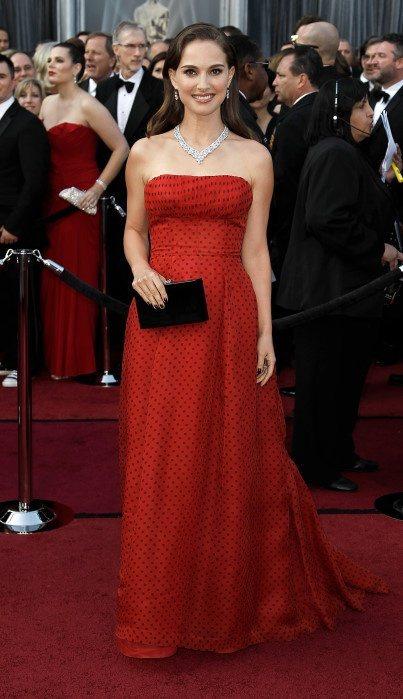 娜塔麗波曼一身紅底波卡圓點Dior禮服展現俏皮氣息,這是近年來在她身上很少看到的...