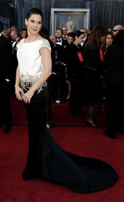 珊卓布拉克選擇Marchesa黑白禮服。圖/美聯社