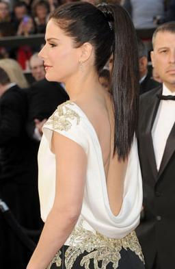 珊卓布拉克露出的美背總算是沒讓大家失望。圖/擷取自celebuzz.com