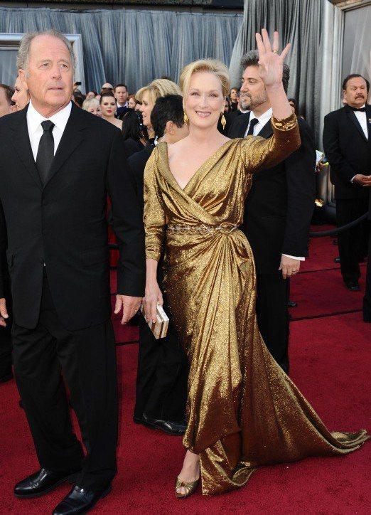 梅莉史翠普用一身LANVIN金色禮服展現影后氣勢。圖/擷取自todobellez...