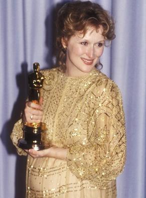 梅莉史翠普1983年拿下奧斯卡最佳女主角獎時也是穿金色禮服。圖/擷取自still...