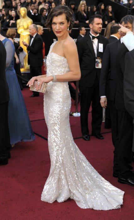 蜜拉喬娃維琪一身Elie Saab訂製服展現高貴亮麗的氣質。圖/美聯社