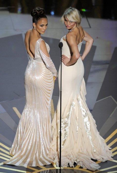 卡麥蓉狄亞(右)與珍妮佛羅培茲上台頒獎還俏皮地一同秀美背。圖/美聯社