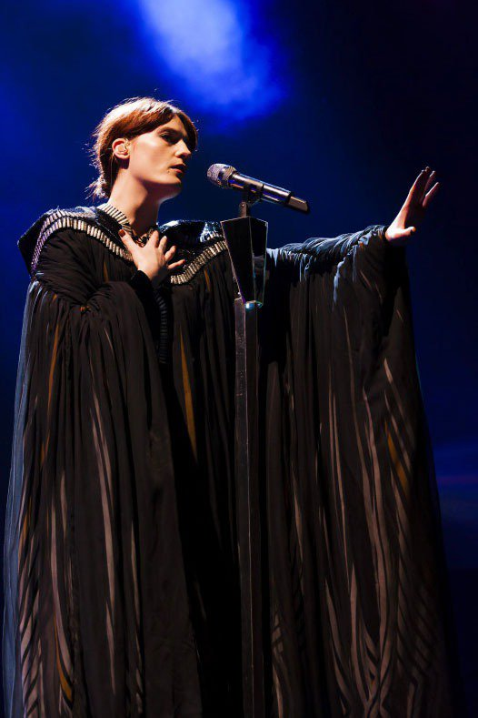 Florence Welch熱愛長袍系列的服裝,配合她穿透力極強的歌聲,像個有法...