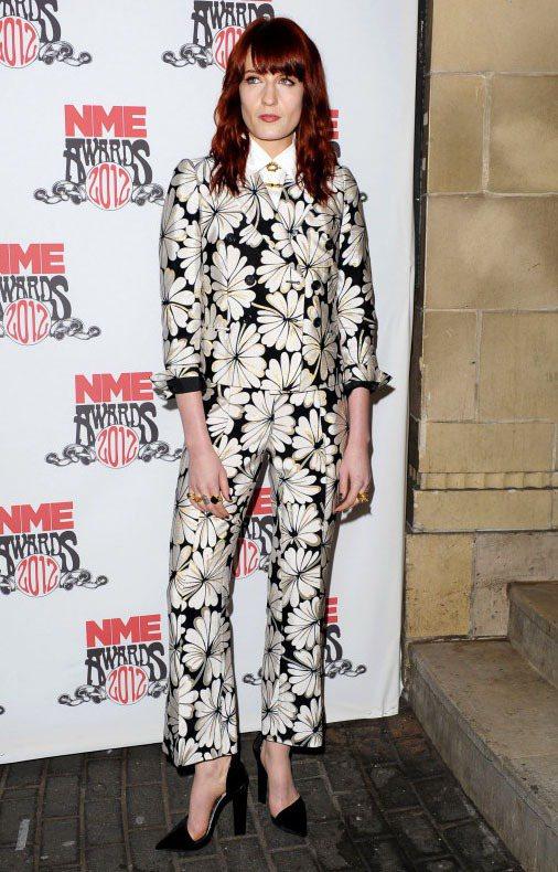 Florence Welch平常的裝扮也是十分搶眼,中性套裝是她最常曝光的造型,...