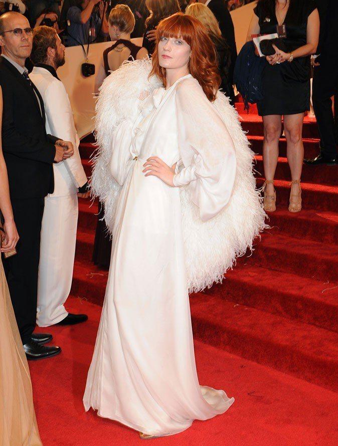 穿著YSL禮服的Florence Welch將皮草背起像是一雙翅膀一樣。圖/達志...
