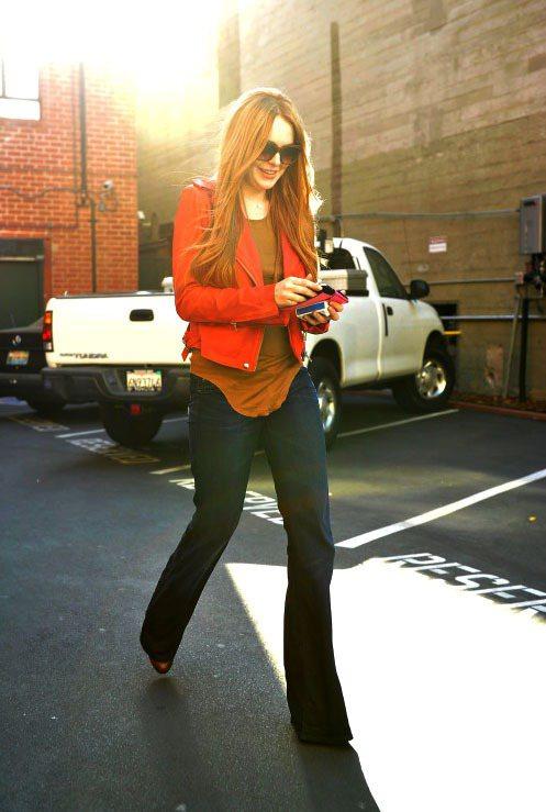 橘色西裝外套搭咖啡色內搭,套上牛仔喇叭褲就是簡單又顯瘦又復古。圖/達志影像