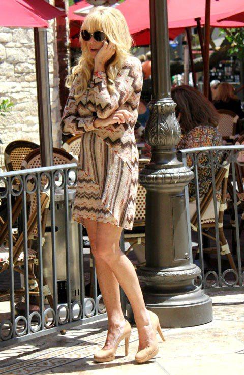 琳賽羅涵的媽媽狄娜羅涵穿著長袖條紋洋裝,金髮的羅涵媽比女兒更有復古超模的氣質。圖...