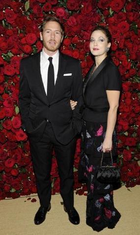茱兒芭莉摩日前穿香奈兒2011秋冬高級訂製服,和老公威爾卡裴曼一同出席MoMA ...