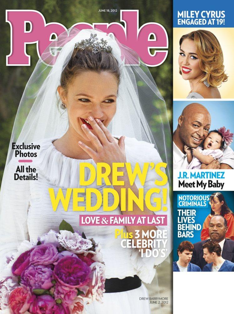 穿著白紗的新娘茱兒笑得幸福又靦腆。圖/擷取elebitchy.com
