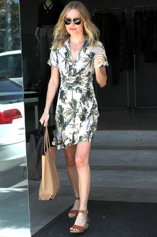 凱特柏絲沃選穿H&M的印花洋裝,椰子樹的圖案很有度假風情,搭配咖啡色藤邊底涼鞋輕...