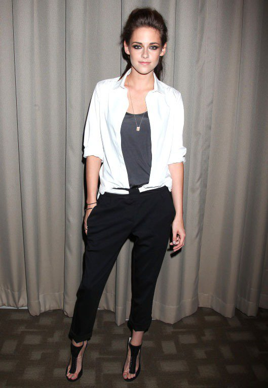 克莉絲汀史都華近日出席新片發表,襯衫搭配哈倫褲、煙熏妝點綴得恰到好處,看來自信、...