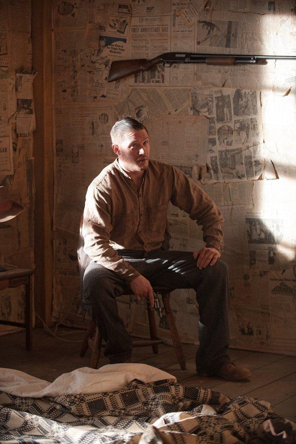 湯姆哈迪在「法外之地」中扮演徘徊在道義、親情、貪婪間的黑幫頭目。圖/韋恩斯坦公司...