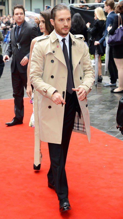 湯姆哈迪穿上BURBERRY經典風衣出席電影首映會。圖/BURBERRY提供
