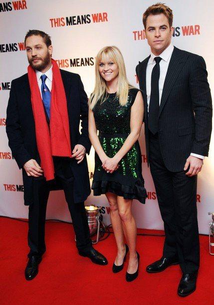 湯姆哈迪(左)出席「特務愛很大」倫敦首映,西裝搭配紅圍巾的「老紳士穿搭」十分搶眼...