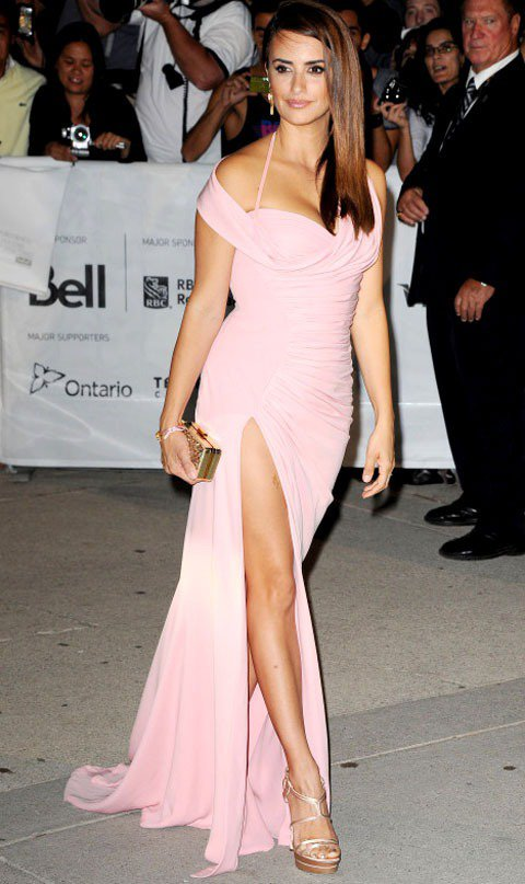 穿上VERSACE粉紅色訂製服,多倫多影展上的潘妮洛普以難得一見的粉嫩造型現身。...