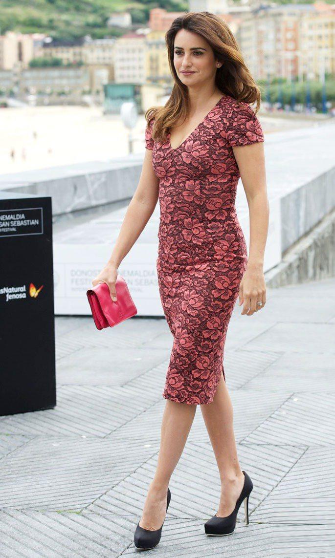L'Wren Scott紅色印花洋裝讓潘妮洛普的身型玲瓏有致。圖/擷取自just...