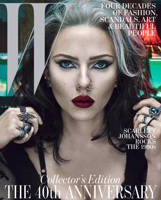 史嘉莉喬韓森為《W》雜誌嘗試代表1990年代的造型風格,誇張的眼妝和髮型充滿歌德...